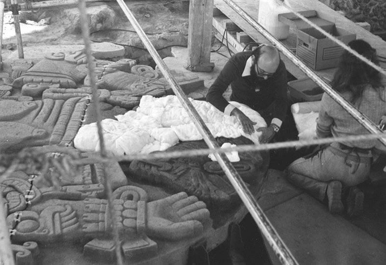 Eduardo Matos Moctezuma con la diosa Coyolxauhqui, Museo del Templo Mayor. Foto: Cortesía INAH