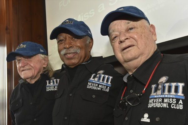 72c5288da5d81 Los tres aficionados con marca perfecta en el Super Bowl ...