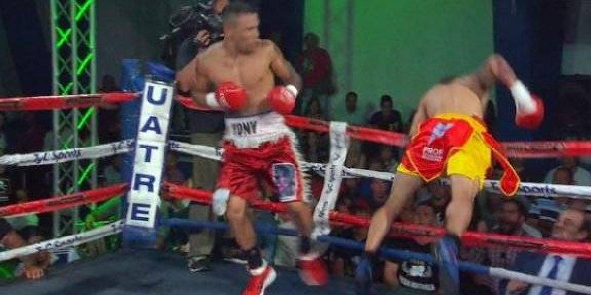 VIDEO: Boxeador falla golpe, sale volando del ring, regresa y pierde por abandono