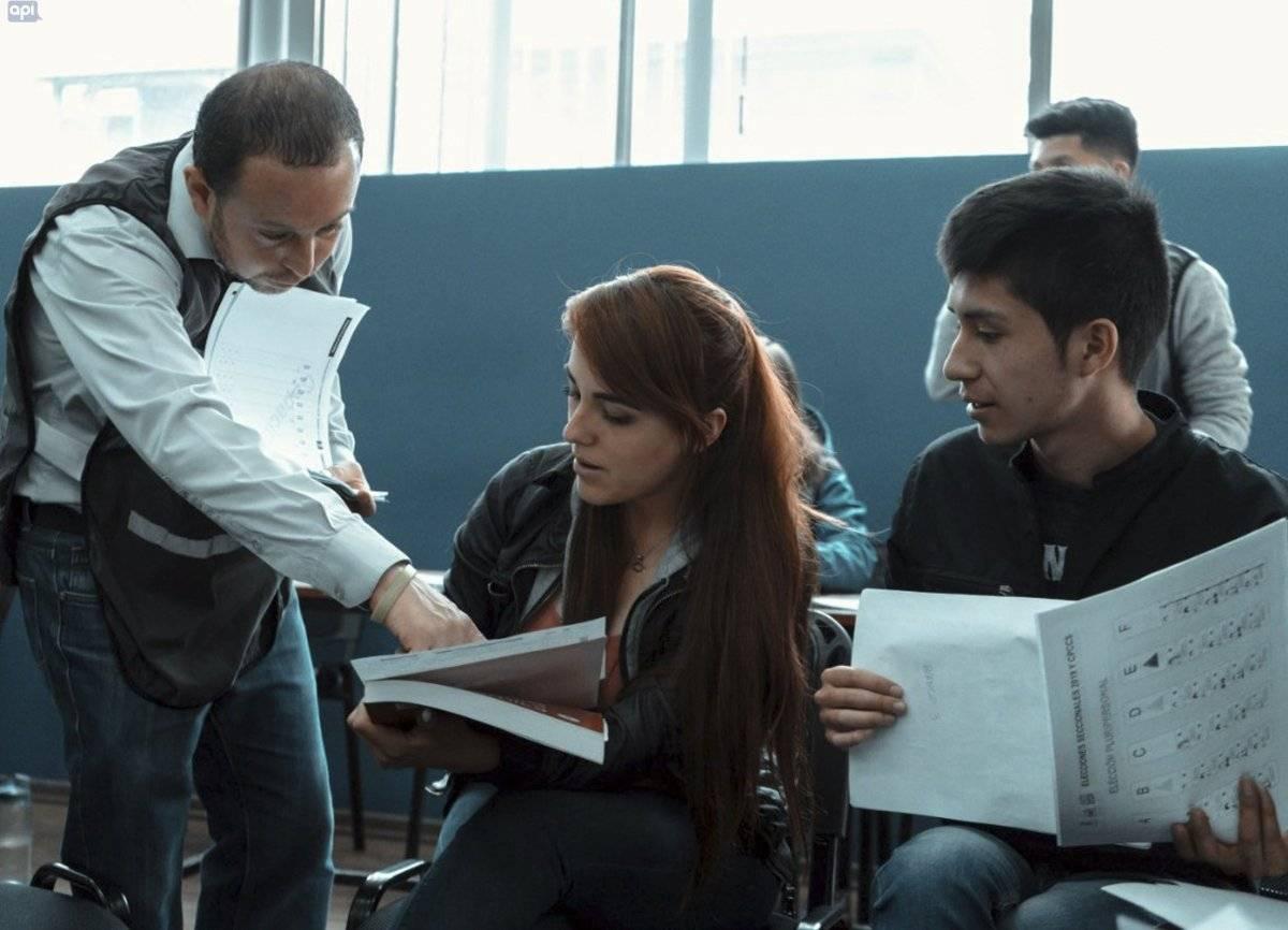 Jorge Harris, director del CNE Azuay, capacita a miembros de las Juntas Receptoras del Voto.