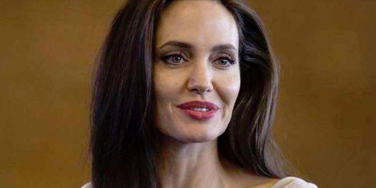 Angelina Jolie dispara contra Charlize Theron por una razón que involucra a Brad Pitt