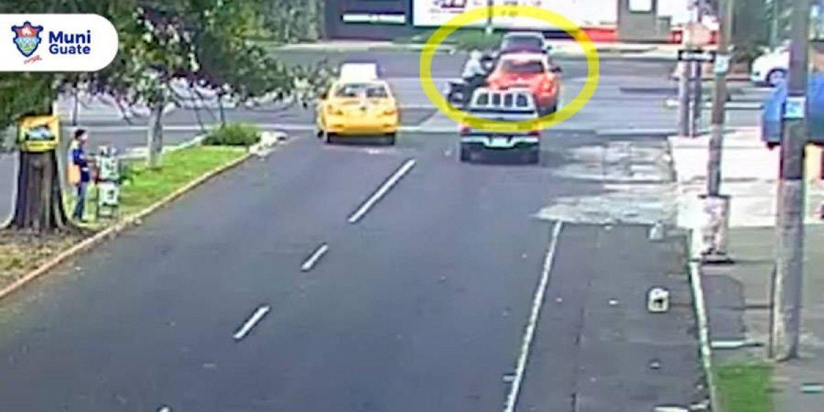 Motorista se pasa semáforo en rojo y choca contra vehículo