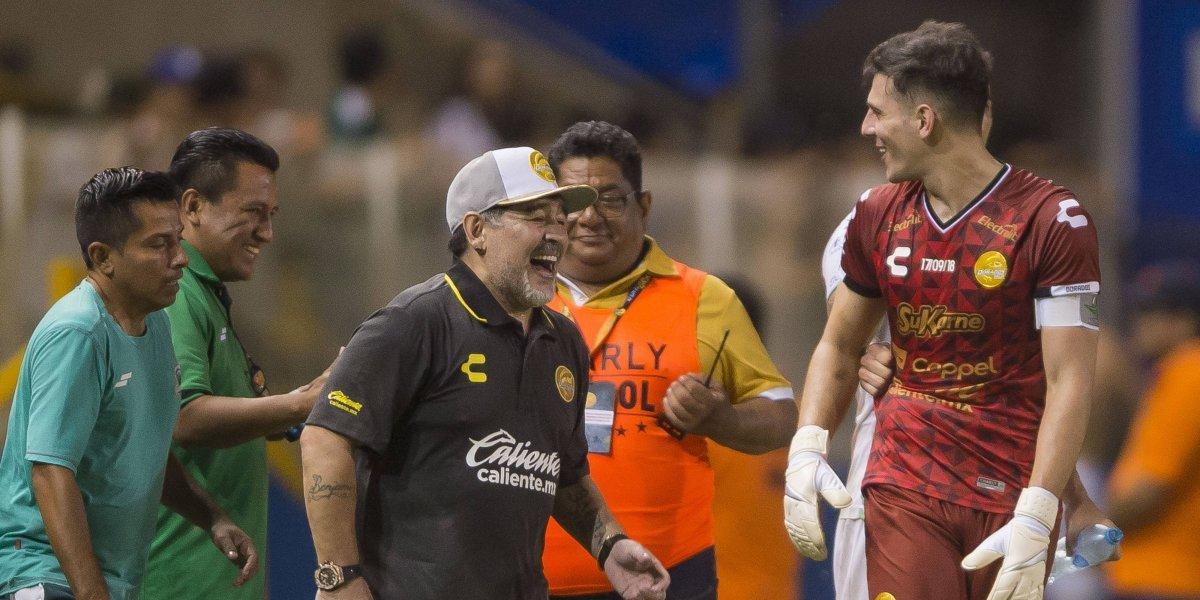 Portero de Dorados se tatúa el rostro de Maradona en su pierna