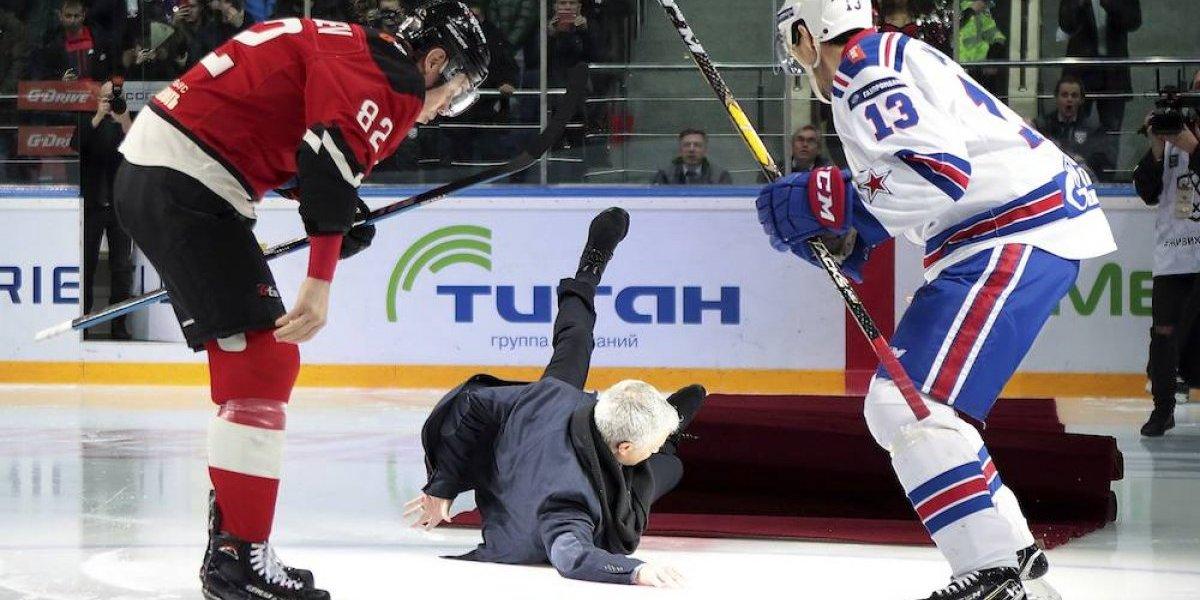 Le 'mueven' el tapete a Mourinho durante juego de hockey