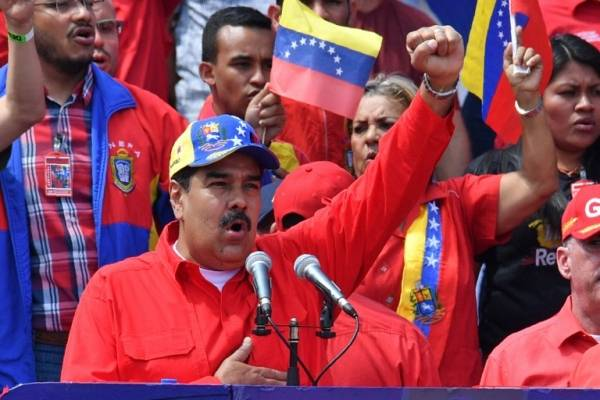 Nicolás Maduro alzando el puño