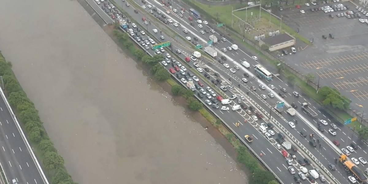 Carreta pega fogo e bloqueia pista da Marginal Tietê