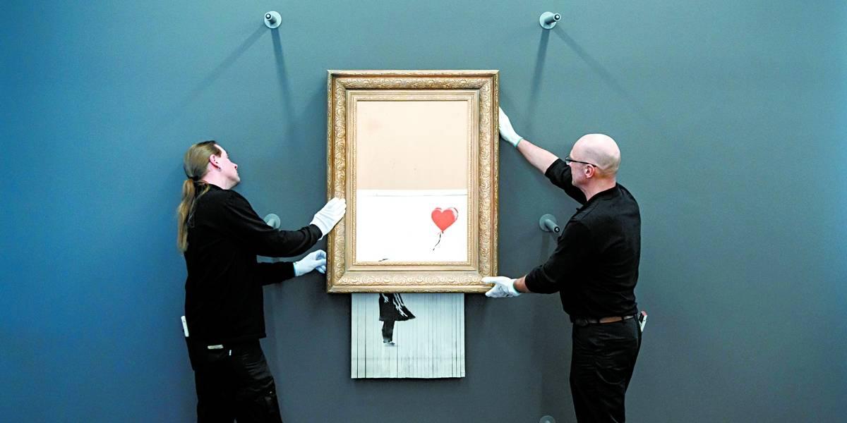 """Obra de Banksy que foi triturada é exposta na Alemanha com novo nome: """"O Amor está na Lixeira"""""""