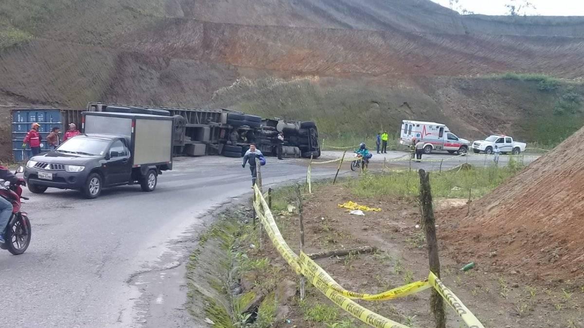 Accidente en la vía Calacalí - Nanegalito tras volcamiento de un tráiler Ecu 911