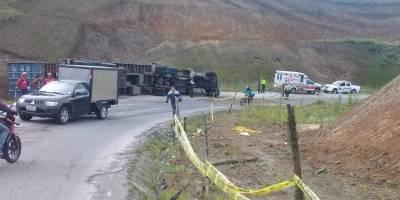 Accidente en la vía Calacalí - Nanegalito tras volcamiento de un tráiler