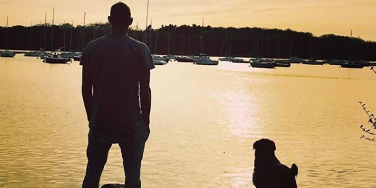 Cachorrinha de Emiliano Sala ainda espera por ele, mostra foto tirada pela irmã do jogador
