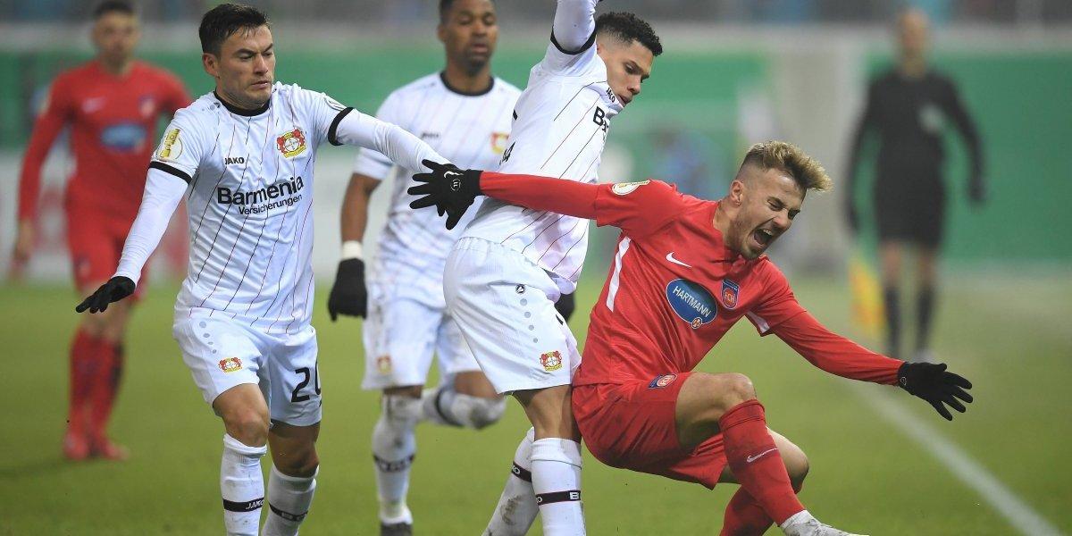 Bayer Leverkusen de Charles Aránguiz sufrió bochornosa eliminación de la Copa de Alemania