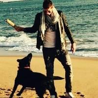 Emiliano Sala ao lado de Nala, sua cachorrinha