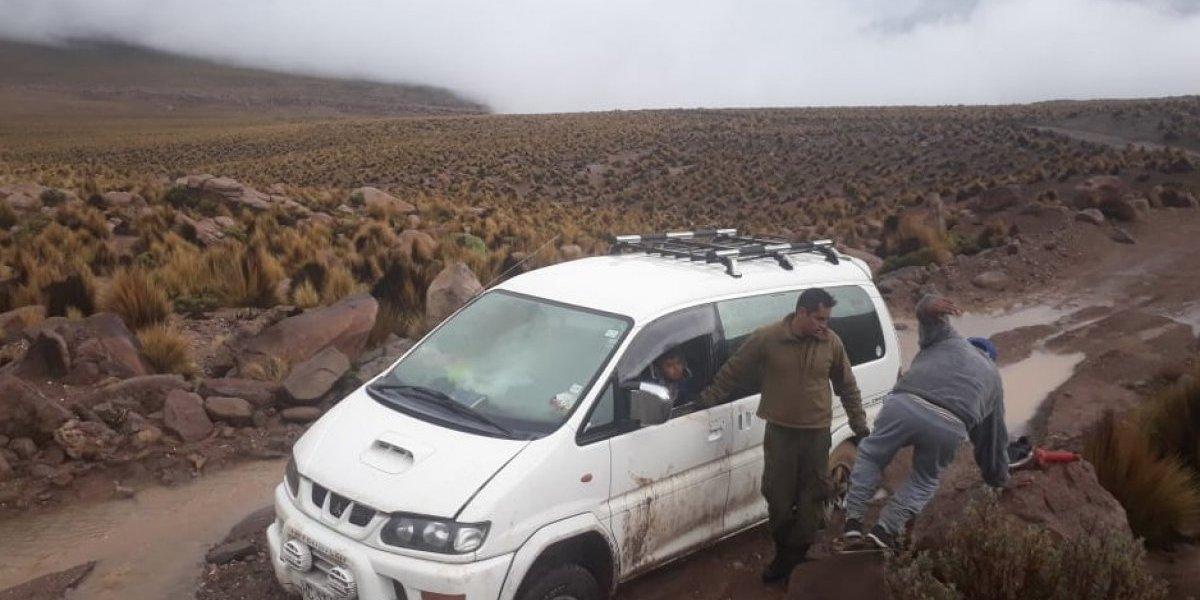 Carabineros de Chile rescató a familia atrapada en lodazal y el frío del invierno altiplánico