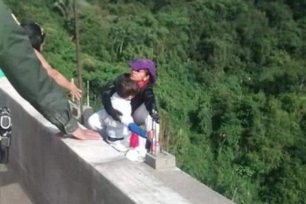 """""""Mamá no te tires"""", la súplica del niño cuando colgaban del puente en Ibagué"""