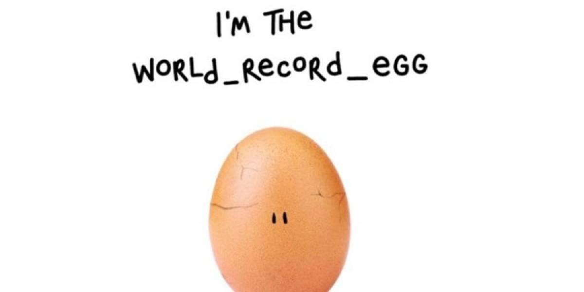 El huevo que rompió récord en Instagram devela su misterio