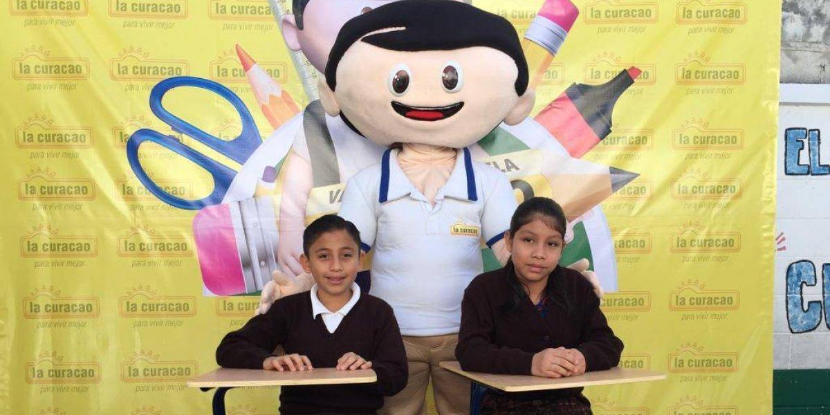 Miles de niños guatemaltecos reciben con gran alegría nuevos pupitres