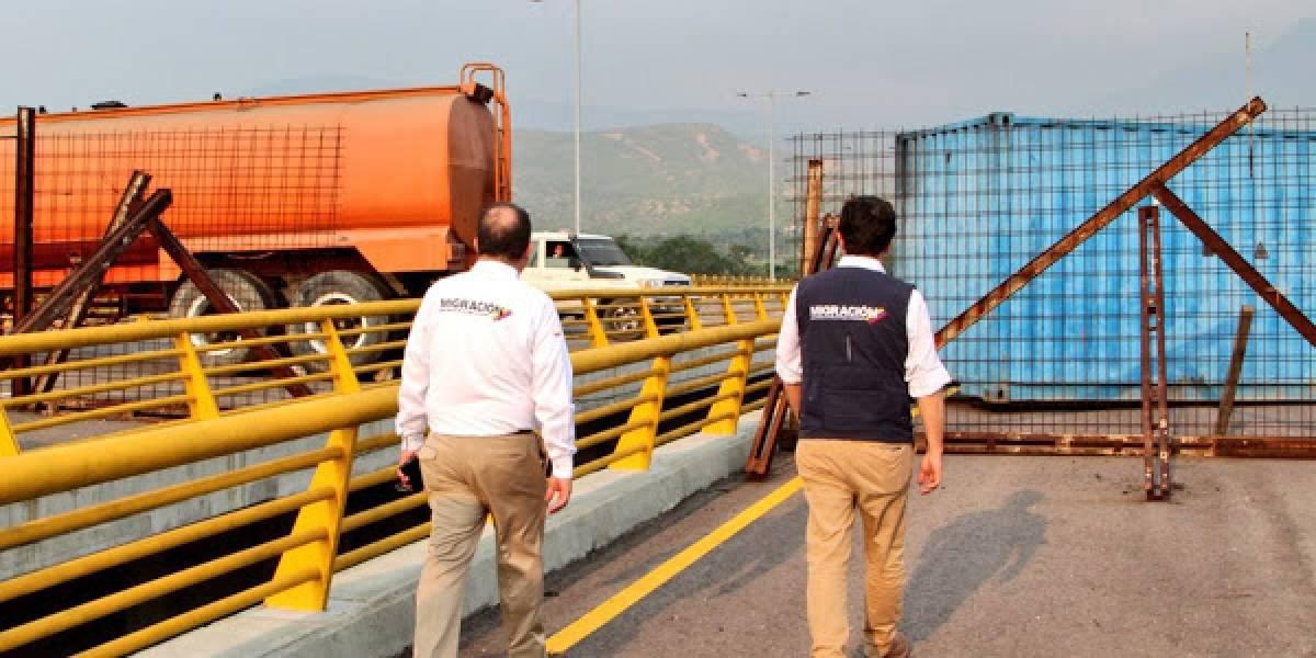 Militares venezolanos intentan frenar asistencia humanitaria con bloqueo de puente fronterizo