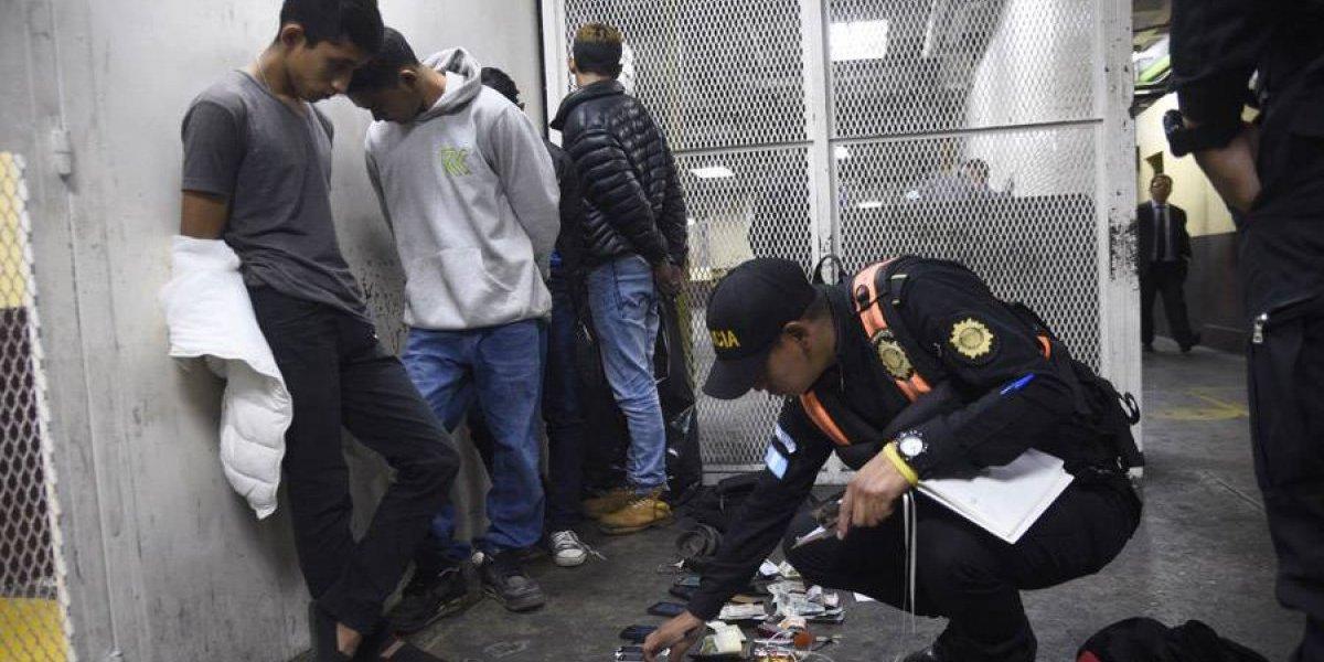 Capturan a presuntos asaltabuses con celulares, billeteras y tarjetas de crédito