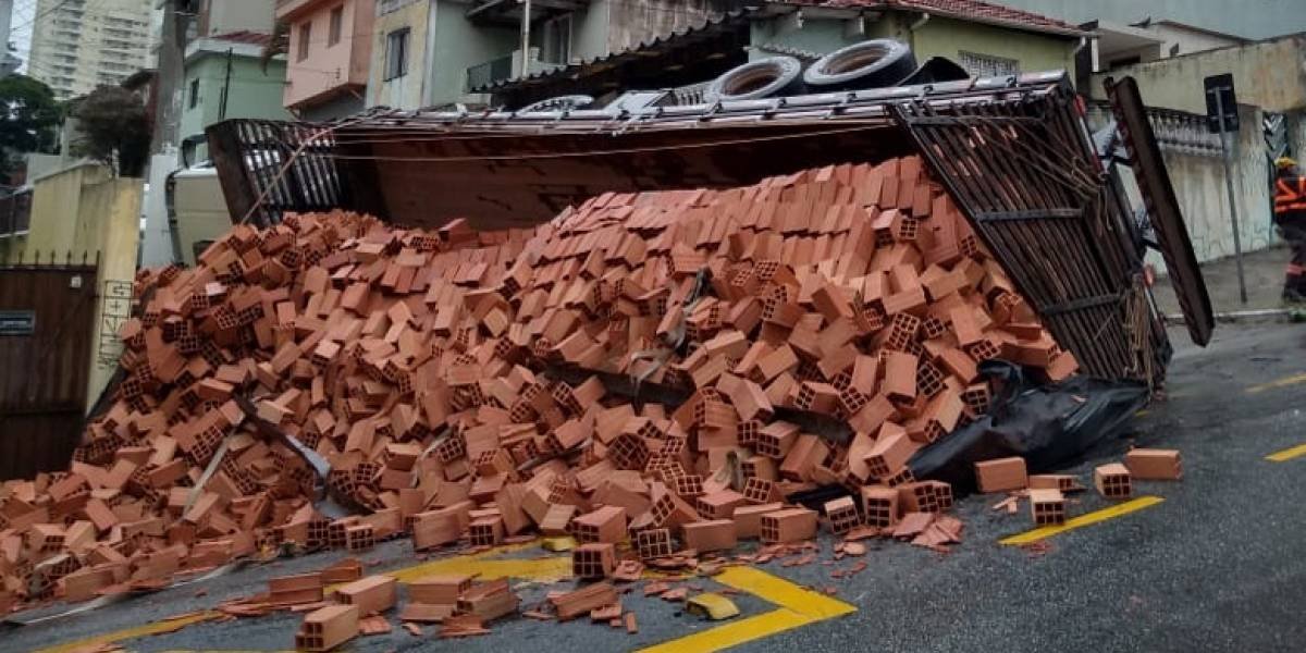 Caminhão tomba em via proibida para veículos pesados e derruba 10 toneladas de tijolo