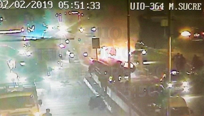 Incendio vehicular en la avenida Mariscal Sucre BOMBEROS QUITO