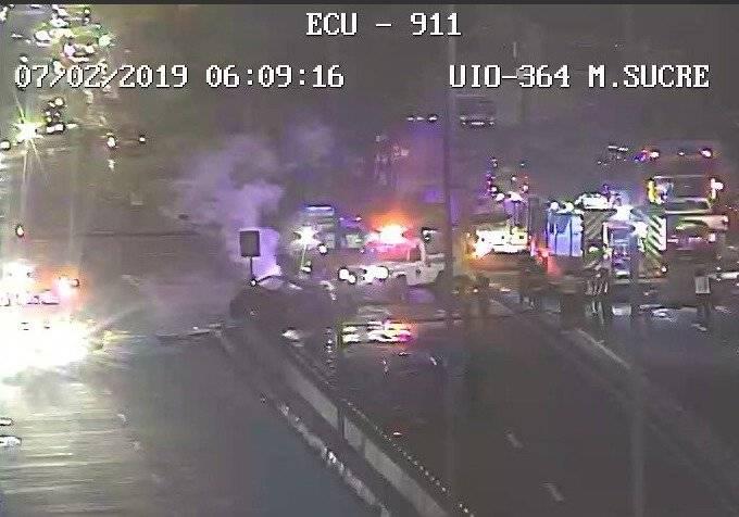 Incendio vehicular en la avenida Mariscal Sucre ECU 911