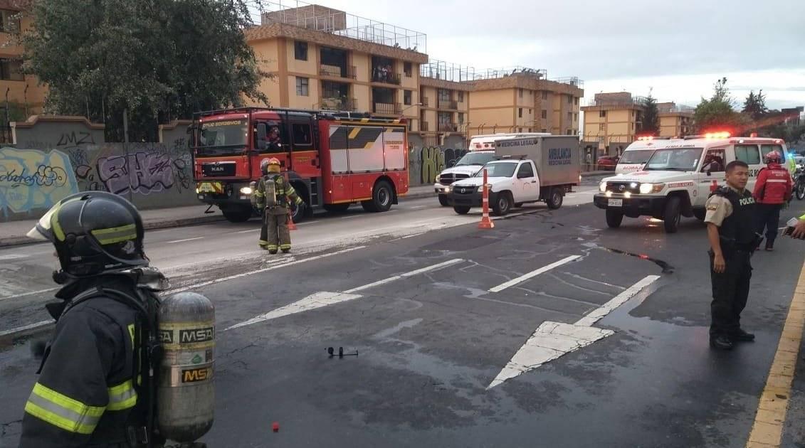 El incendio en la avenida Mariscal Sucre, o también conocida como la Occidental, provocó desde tempranas horas de este jueves una fuerte congestión vehicular.