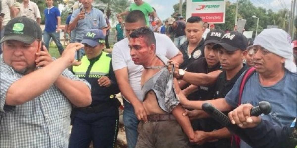 VIDEO. Vapulean a piloto que intentó pasar durante un bloqueo en Chiquimulilla