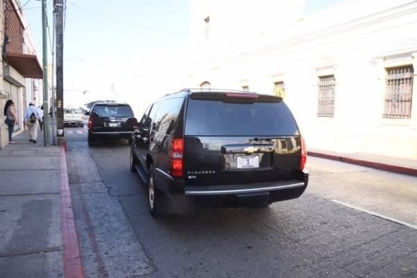 El vehículo de presidente sale por la 9a calle.