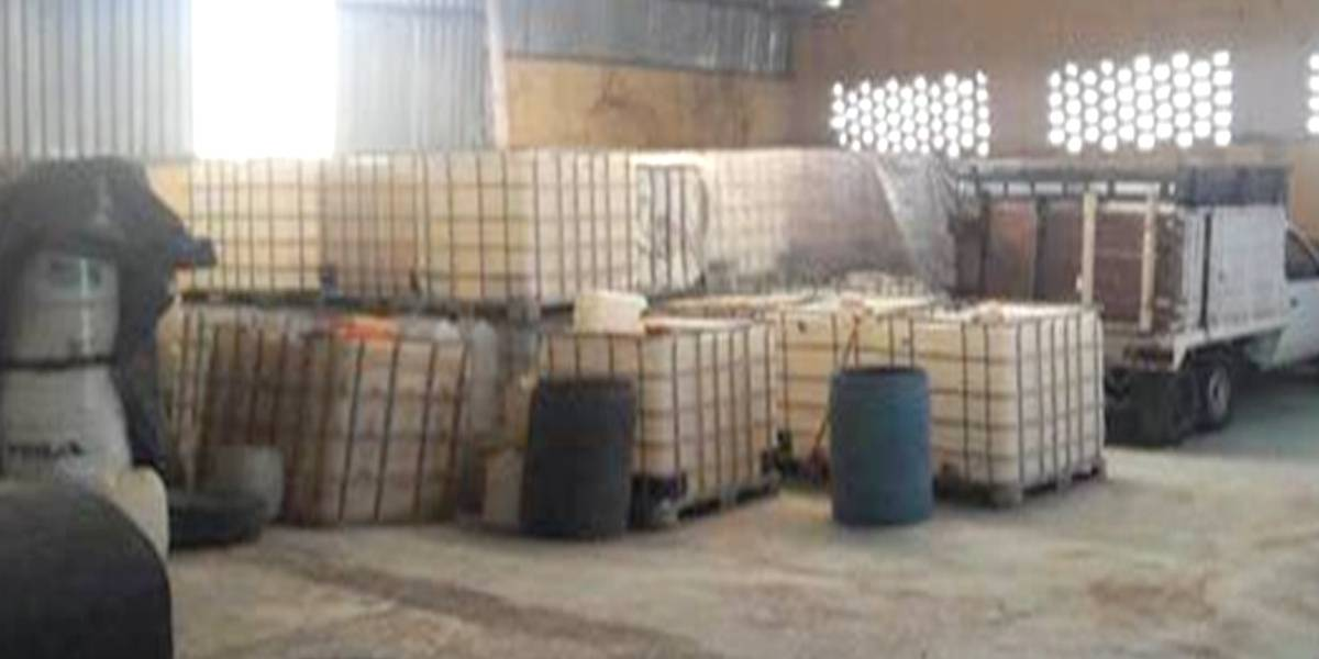 Catean bodega en Tamazula, hallan tambos para precursores químicos