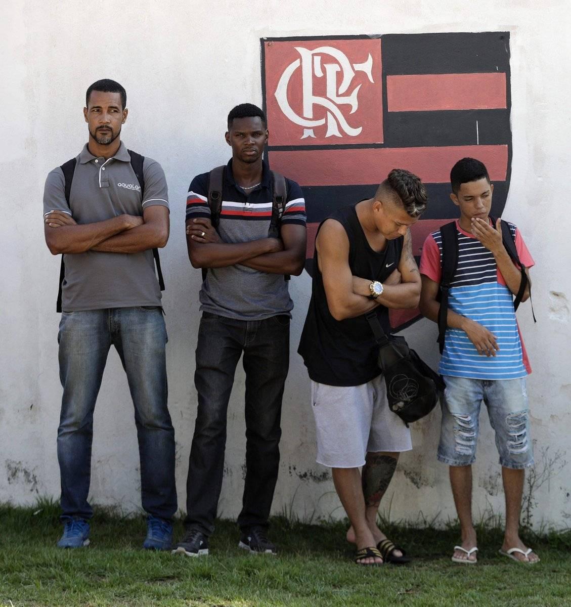 """Miembros del club de fútbol Flamengo permanecen este viernes en el centro de entrenamiento """"Ninho do Urubu"""", donde de madrugada se registró un incendio"""