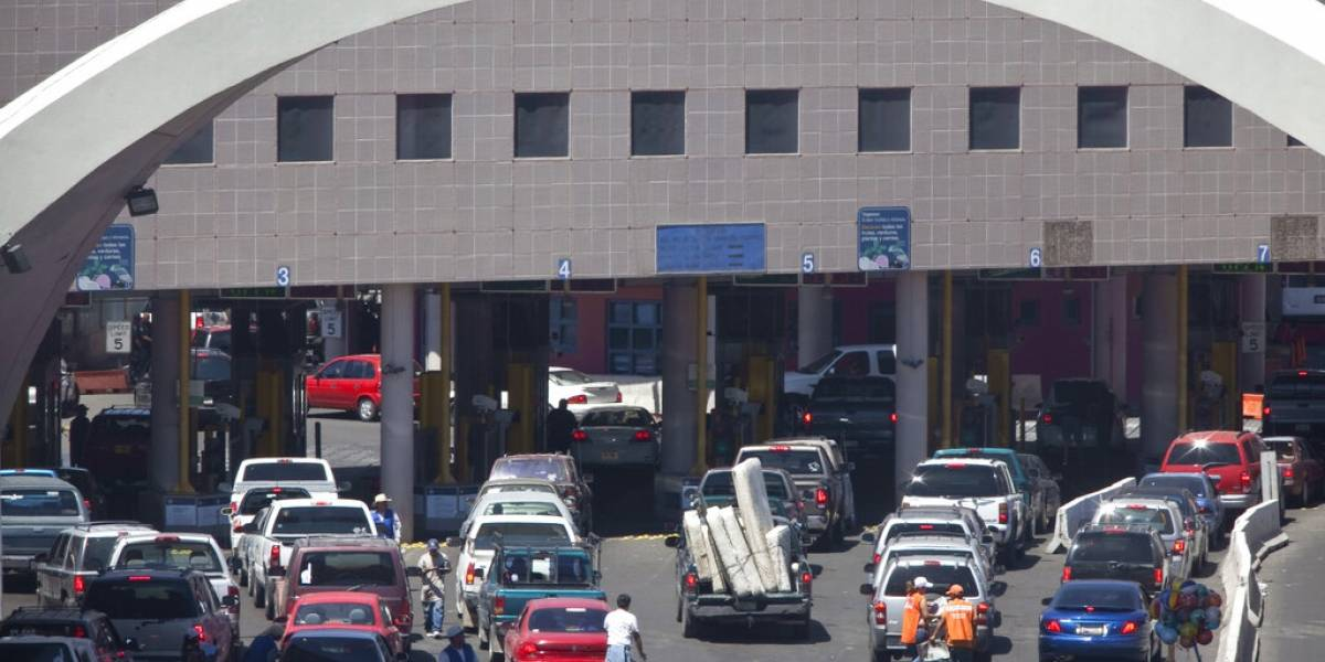 Agente de Estados Unidos balea a conductor en frontera con México
