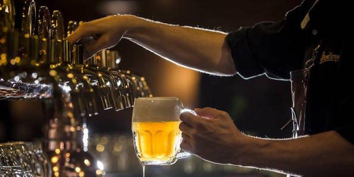 """Cerveza o vino: científicos usan 90 voluntarios para responder qué hay que tomar primero para evitar la """"caña"""""""