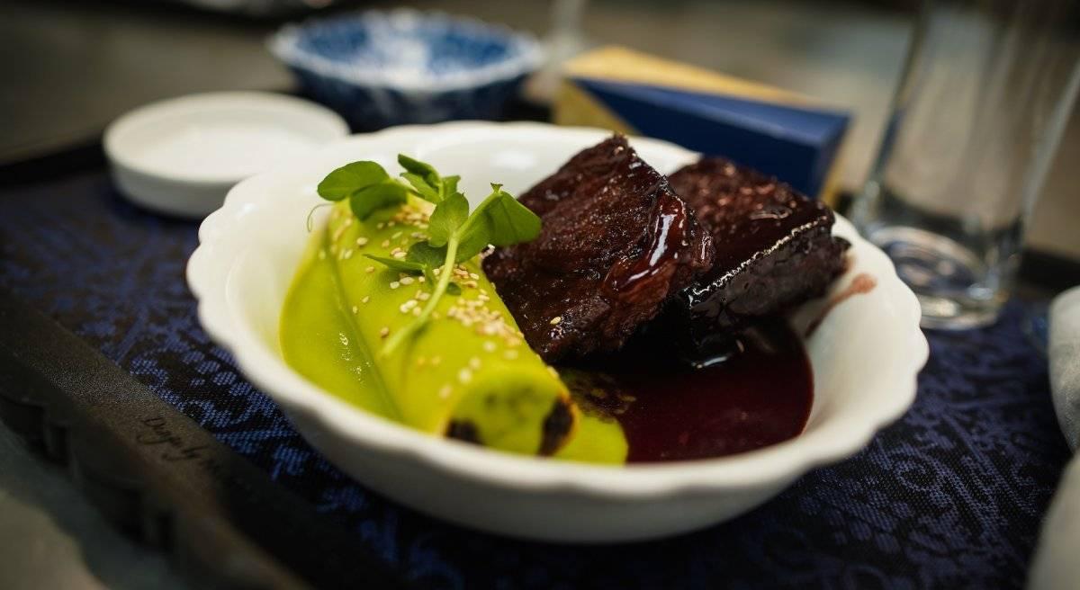 Short rib en salsa de vino tinto con canelones rellenos de hongos, tomates cereza y semillas de ajonjolí Foto: Cortesía