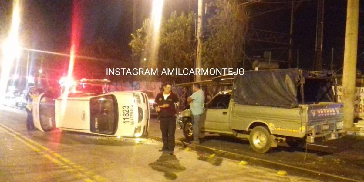 Cuatro heridos tras volcar taxi en zona 11