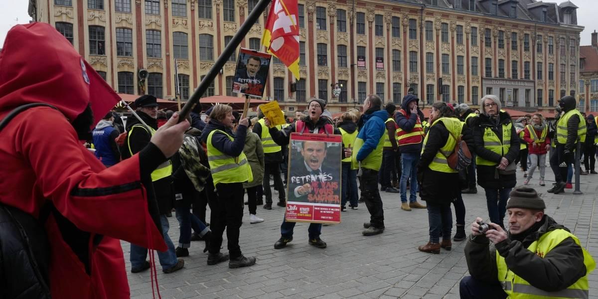 """Por décimotercer sábado, los """"Chalecos amarillos"""" protestan en París"""