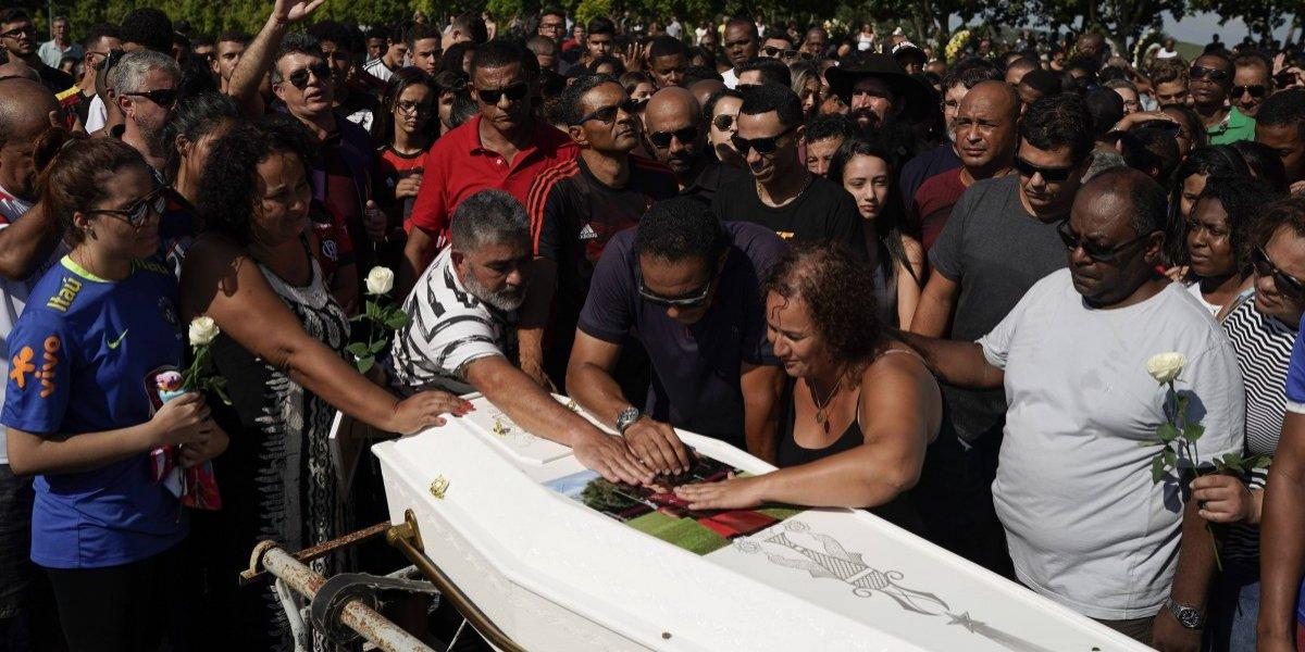 Sepultan a primera de las 10 víctimas del incendio en Flamengo