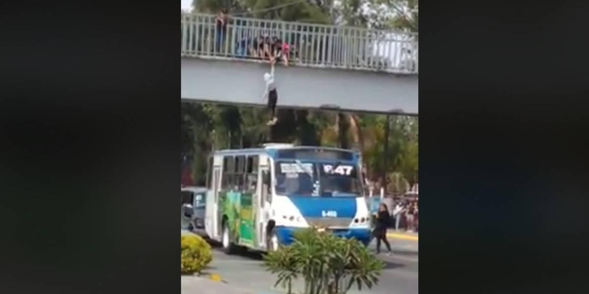 Chofer usa su microbús para salvar a joven suicida en Guadalajara
