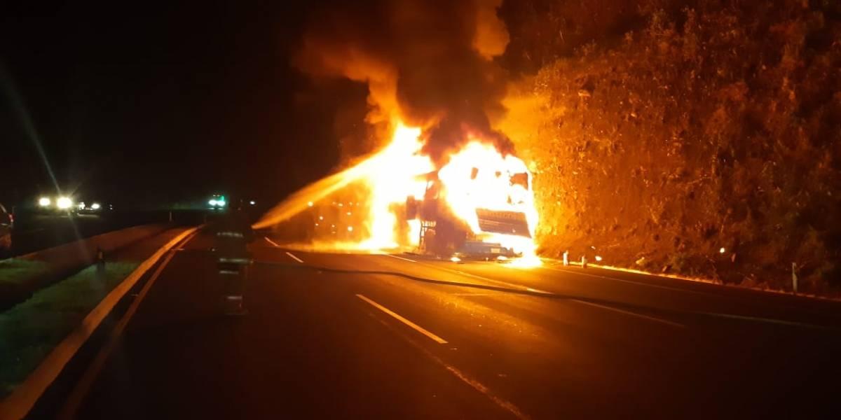 VIDEO. Bus pullman se incendia y queda hecho cenizas en Palín