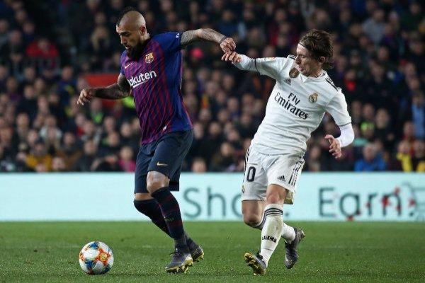 Arturo Vidal corre con ventaja para ser titular en el Barcelona tras la baja de Arthur Melo. / Getty Images