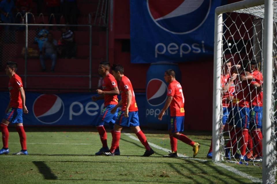 Los jugadores rojos celebran su primer tanto ante Iztapa
