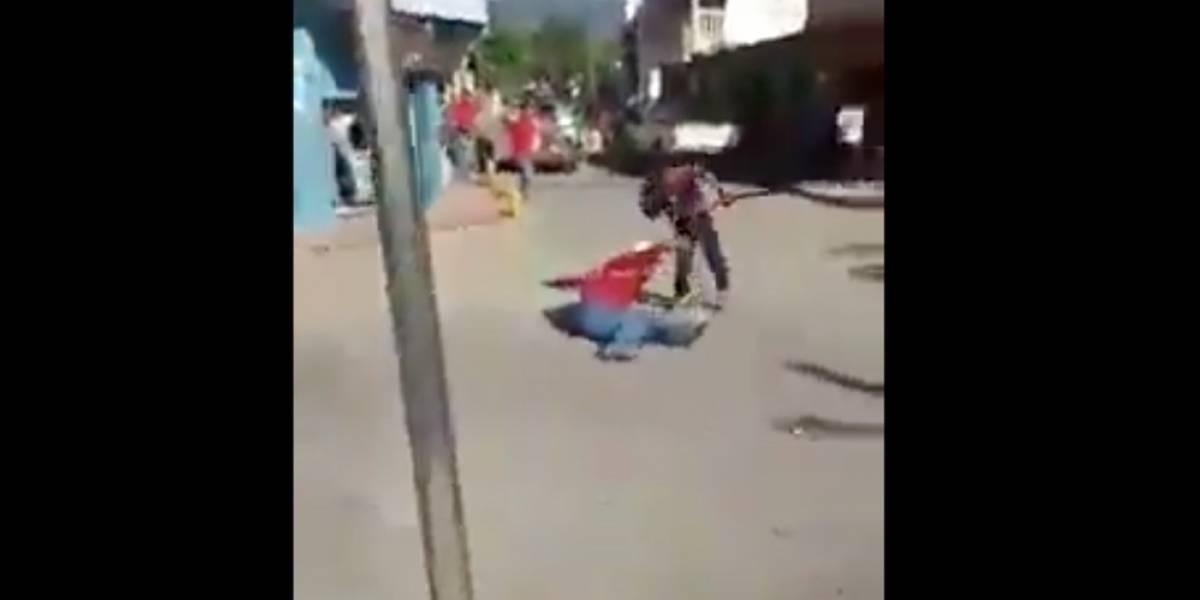 VIDEO. Dos hombres discuten a machetazos y resultan con graves heridas