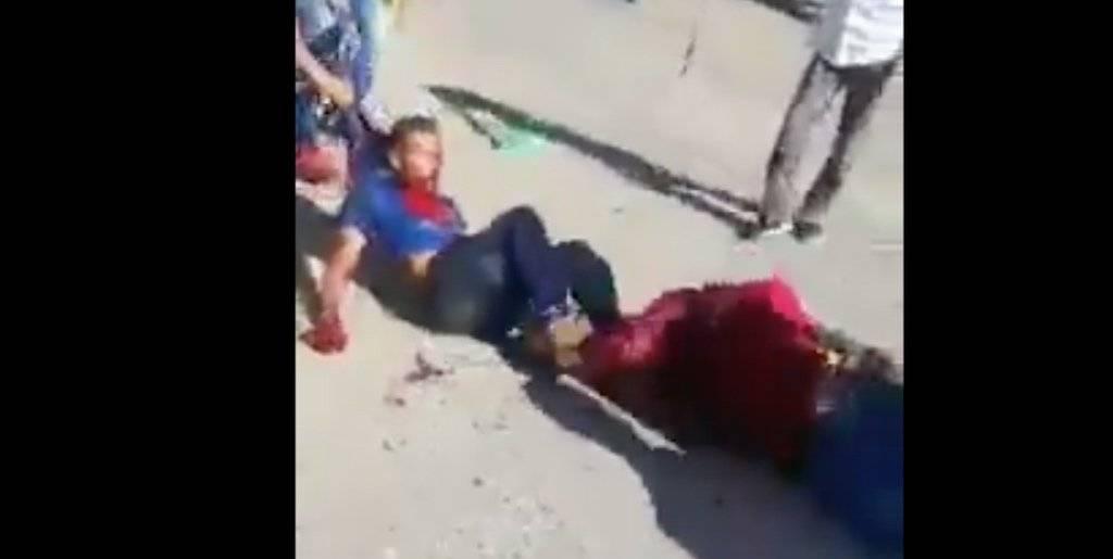 Dos hombres resultan con serias heridas al atacarse con machetes. Foto: Twitter