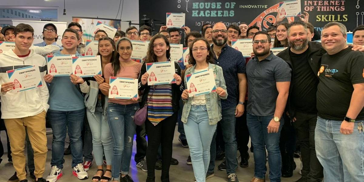 Premian a jóvenes que ganaron competencia Education Got Hacked!