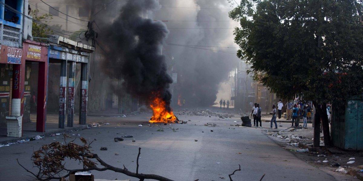 Manifestantes apedrean casa del presidente durante protestas por corrupción en Haití