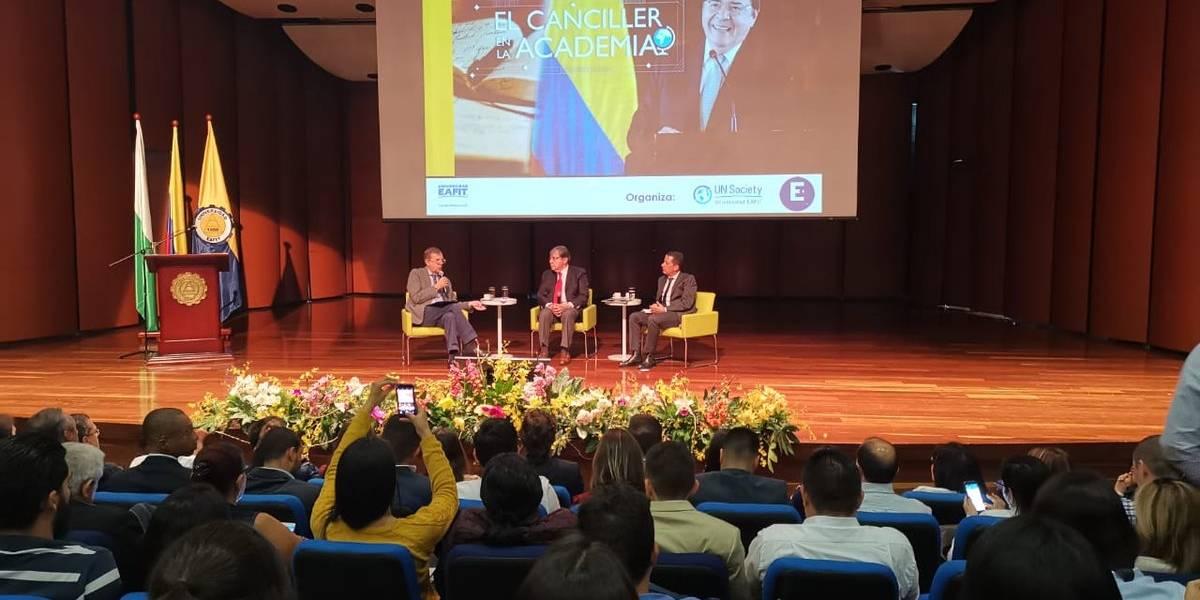 Canciller ofrece disculpas por su anuncio de aspiración presidencial