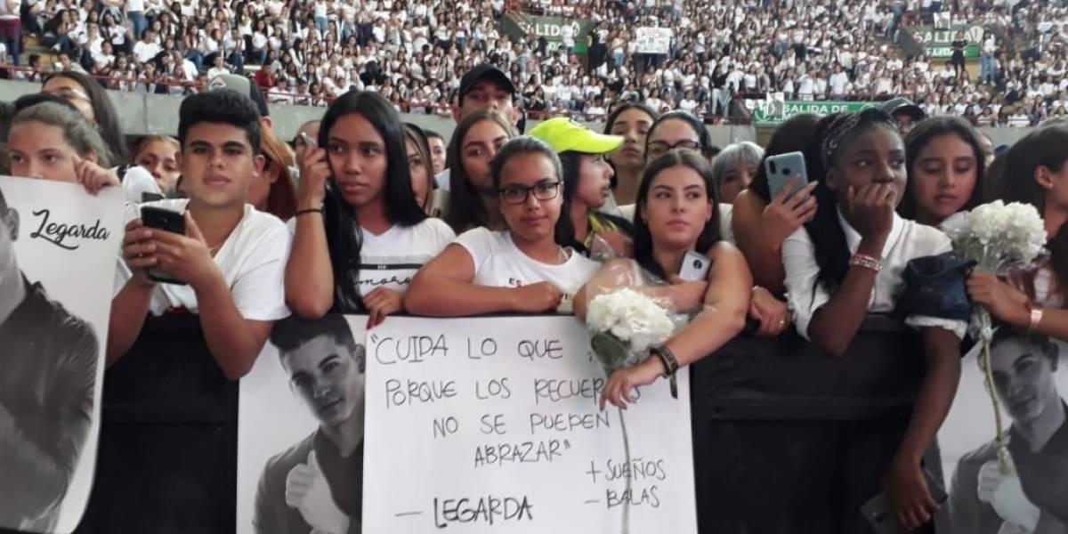 Miles de personas rindieron homenaje a Legarda con globos blancos por la paz