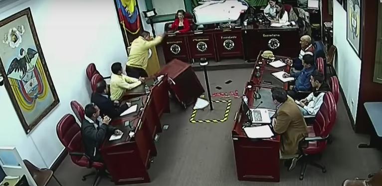 Edil destrozó el Concejo de Chocontá, Cundinamarca, por reclamar un voto