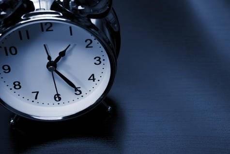 No acostarse temprano
