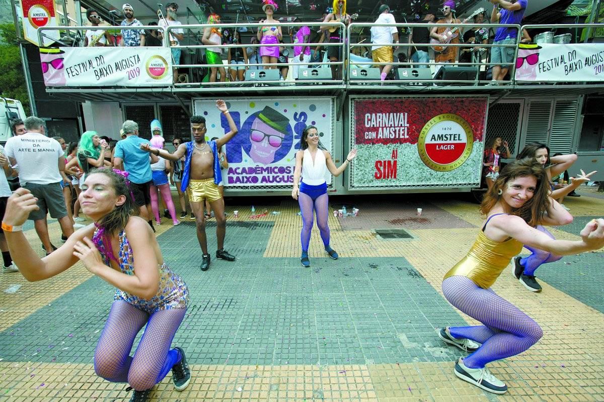 Grupo de amigas faz coreografias em frente ao trio André Porto/Metro