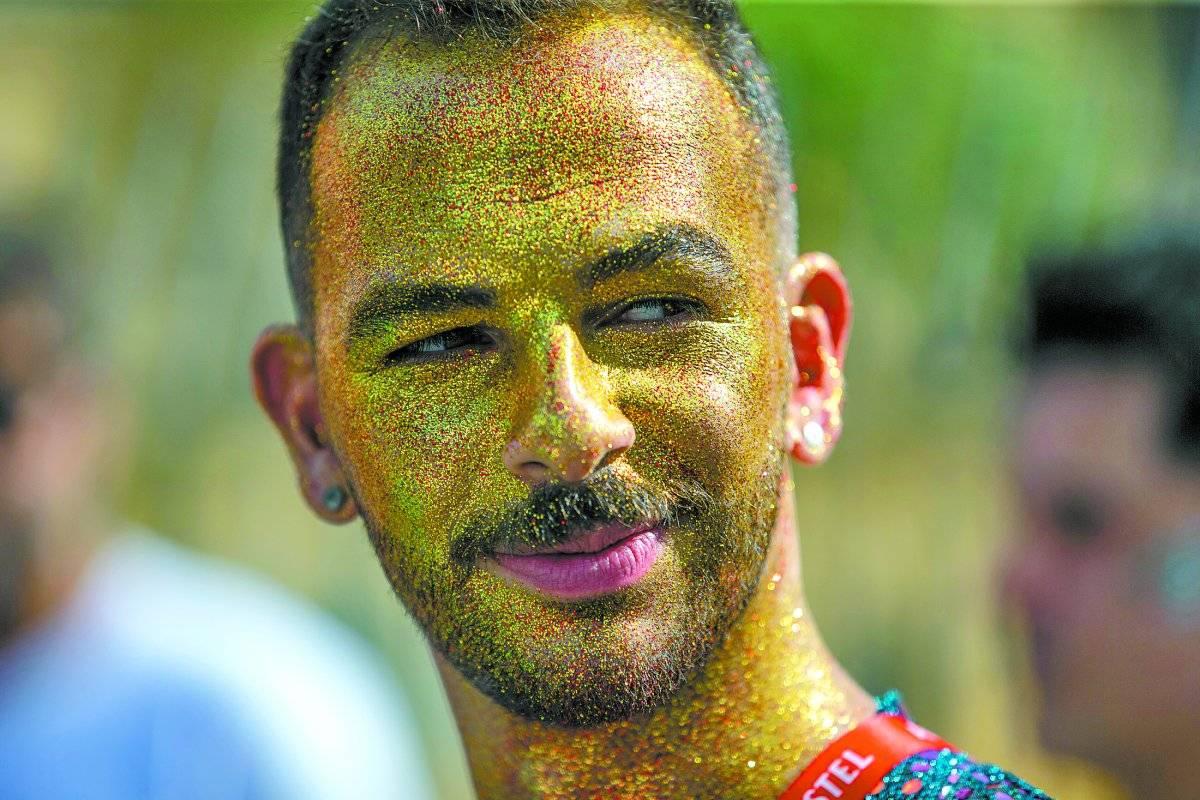 O ator Bruno de Paula cobriu o rosto com glitter André Porto/Metro